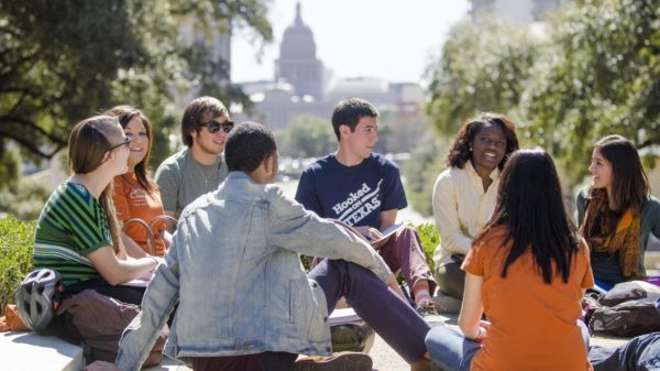 students_on_south_mall_for_visitors_guide_2013_6588