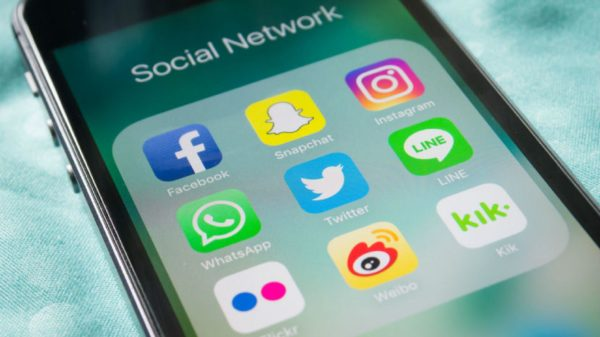 social_media_iphone_830