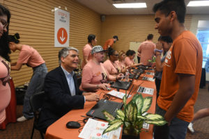 Fenves hands out keys to incoming UT Freshman.