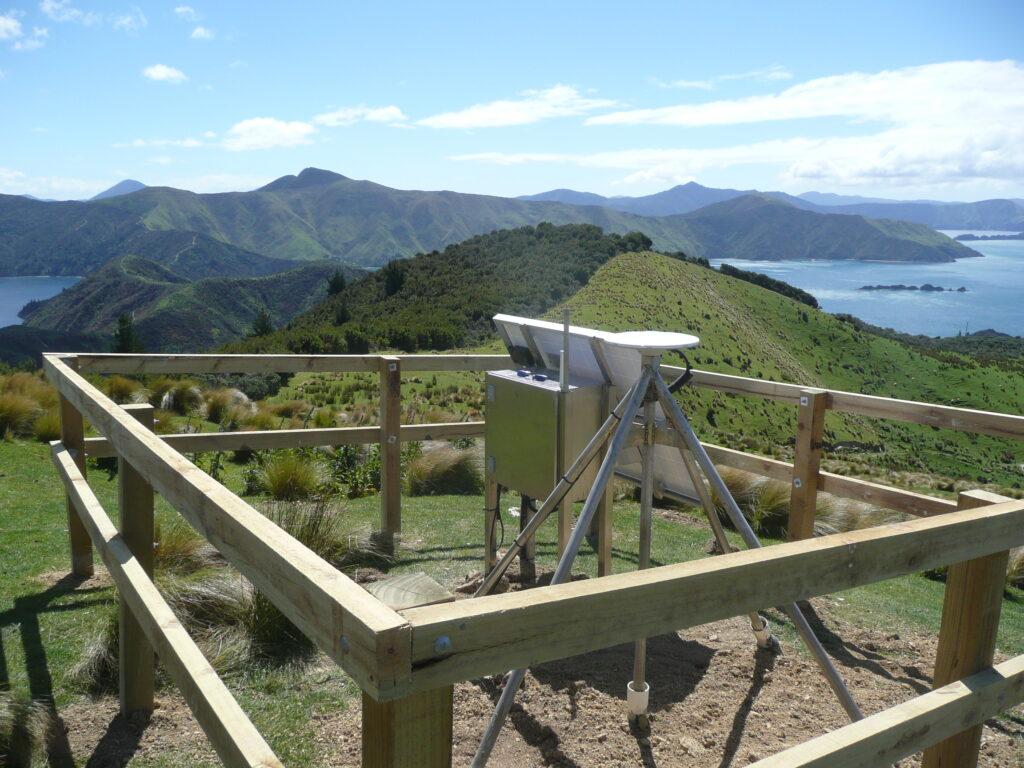 山と水を見下ろすセンサーステーション。